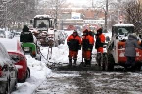 На проспекте Металлистов асфальт закапывают в снег