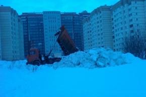 Снег сваливают перед детской площадкой