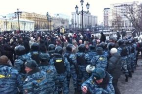 В Москве площадь Революции заставлена грузовиками с солдатами