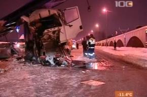 В Петербурге грузовик врезался в рекламный щит, погиб человек