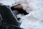 При уборке крыши машину использовали как элемент ограждения: Фоторепортаж