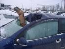 Водосточная труба пробила крышу движущейся машины: водителя спасли сантиметры: Фоторепортаж