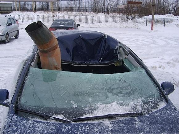 Водосточная труба пробила крышу движущейся машины: водителя спасли сантиметры: Фото