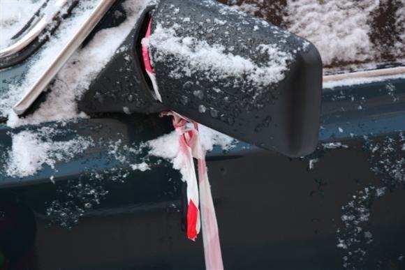 При уборке крыши машину использовали как элемент ограждения: Фото