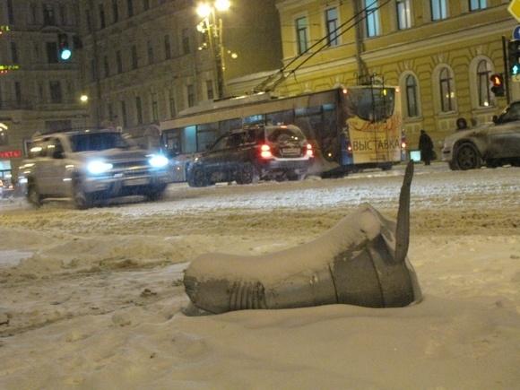 Крышу остановки на Невском проспекте пробило неким тяжелым предметом: Фото