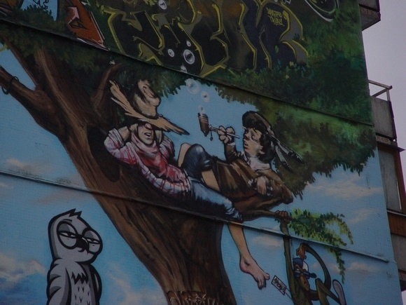 Странное граффити у метро «Комендантский проспект»: Фото