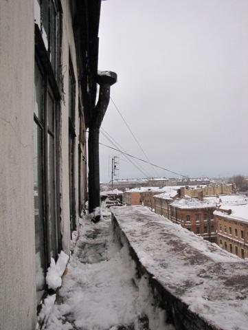 От уборки снега вылетали стекла: Фото