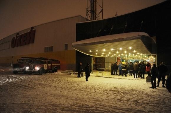 Администрация Петербурга: в результате обрушения кровли в магазине «О'Кей» 13 человек пострадали, один погиб: Фото