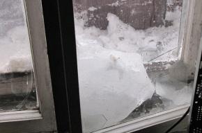От уборки снега вылетали стекла