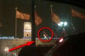 В центре Петербурга флаг России висит вверх ногами