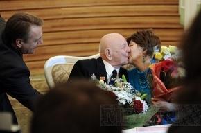 Неравный брак: 103-летний жених и 72-летняя невеста сочетались сегодня браком в Петроградском загсе