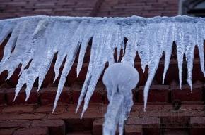Трое детей пострадали вчера от падения льда с крыш