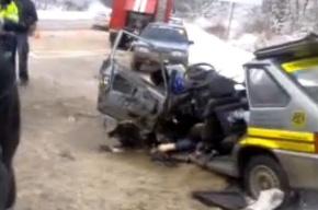 Милицейский УАЗ выехал на встречную полосу и врезался в легковушку: один человек погиб