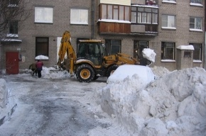 Во дворе наконец начали убирать снег
