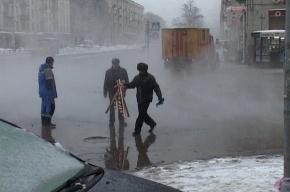 На Среднеохтинском проспекте прорвало трубу