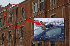 Труба «прилетела» в салон автомобиля с пятого этажа
