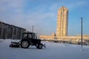 В Петербурге видели «танцующий» трактор