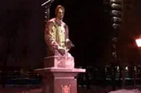 Милиция пытается установить, кто облил краской памятник Анатолию Собчаку