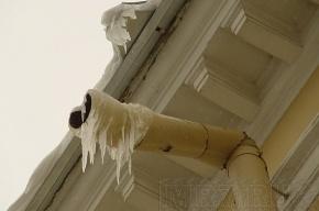 На Стачек лед и снег с крыши сбрасывают вместе с водосточными трубами