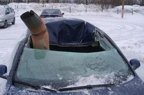 Водосточная труба пробила крышу движущейся машины: водителя спасли сантиметры