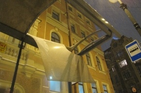 Крышу остановки на Невском проспекте пробило неким тяжелым предметом
