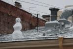 Снеговик на крыше умиляет, пока не падает: Фоторепортаж