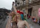 Активистки FEMEN призвали киевлянок выходить на балконы топлесс: Фоторепортаж