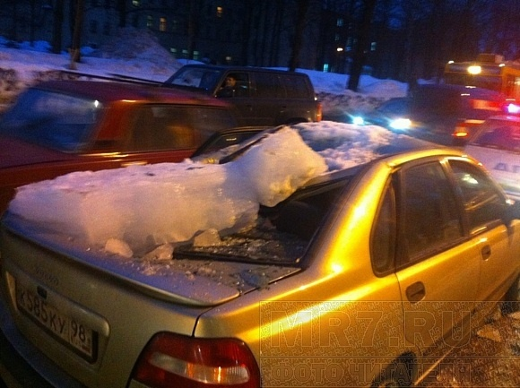 Кусок льда весом в 100 килограммов попал в автомобиль, стоящий в пробке (фото): Фото