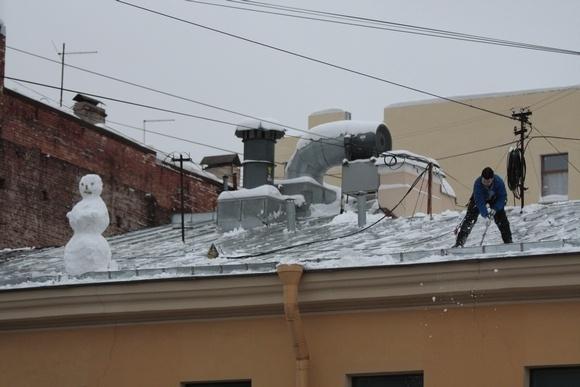 Снеговик на крыше умиляет, пока не падает: Фото