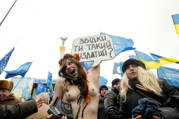 Активистки FEMEN задали вопрос Януковичу: Фото