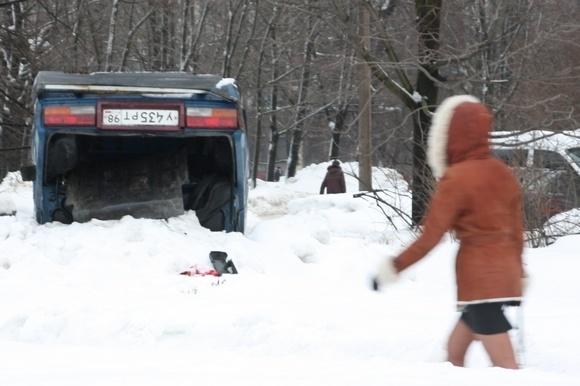 Машину отбросили в сугроб, чтобы не мешала?: Фото