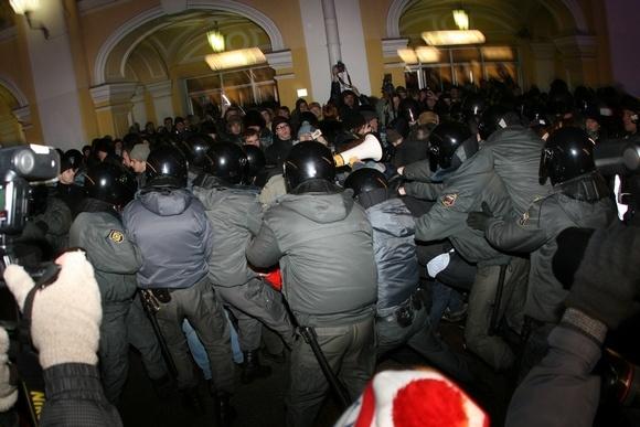 ГУВД: в Петербурге на акции у Гостиного двора задержаны 69 человек: Фото