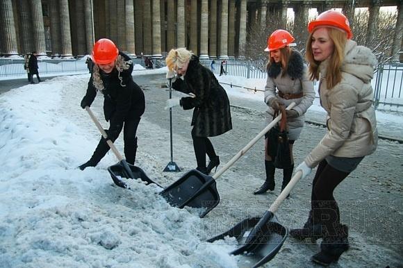 Зачем красивым девчонкам лопаты? (Фото): Фото