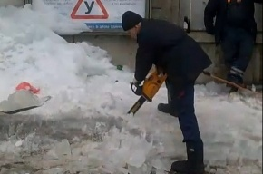 Петербургские дворники режут лед бензопилами