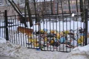Учебный комбинат забросали мусором