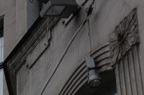 На Австрийской площади дома могут загореться, а прохожие – получить лампой по голове