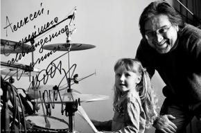 Юрий Шевчук фотографируется с детьми политзэков