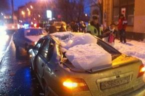 Кусок льда весом в 100 килограммов попал в автомобиль, стоящий в пробке (фото)