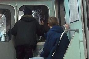 Хулиганская «роспись» вагона метро – фоторепортаж