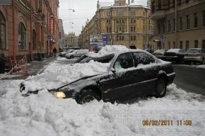 На улице Бакунина «лавина» накрыла машину