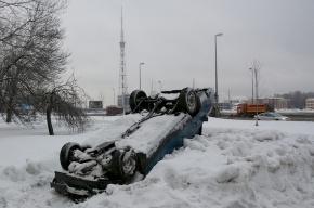 Машину отбросили в сугроб, чтобы не мешала?