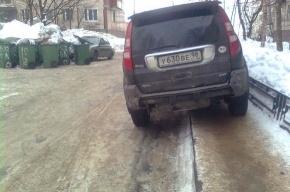 Белорусская улица: пешеходные дорожки заставлены машинами