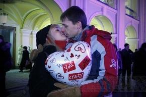 Около 50 влюбленных пар поцеловались у Гостиного двора (фото)