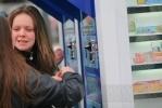 Фоторепортаж: «Молодой человек испортил клеем лотерейный ларек у «Приморской»»