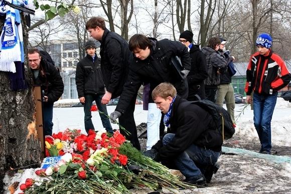 Фанаты возложили цветы к месту гибели Марины Малафеевой: Фото
