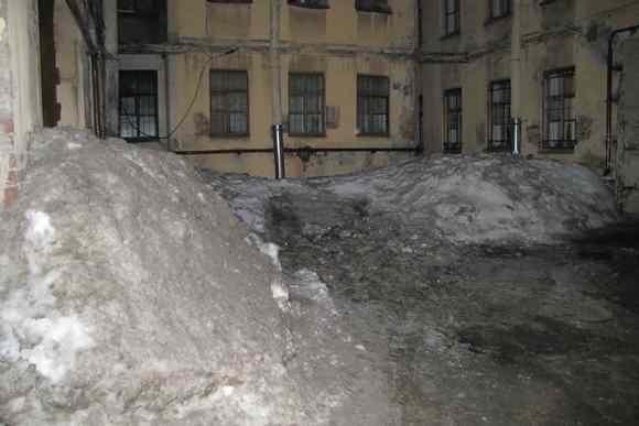 Снег со двора не вывозили ни разу: Фото