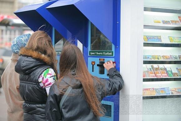 Молодой человек испортил клеем лотерейный ларек у «Приморской»: Фото