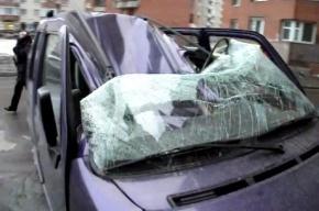 На улице Савушкина на машину рухнула глыба льда