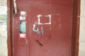 На дверях парадных появились странные номера