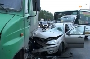 В Петербурге иномарка врезалась в грузовик: есть погибший